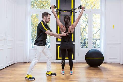 Séance de kiné à KOSS Paris avec un coach et un patient en séance de kinésithérapie du sport avec un bilan training