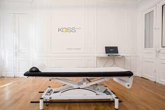 Intérieur du cabinet kiné KOSS Paris avec un coach et un patient en séance de rééducation Kine paris